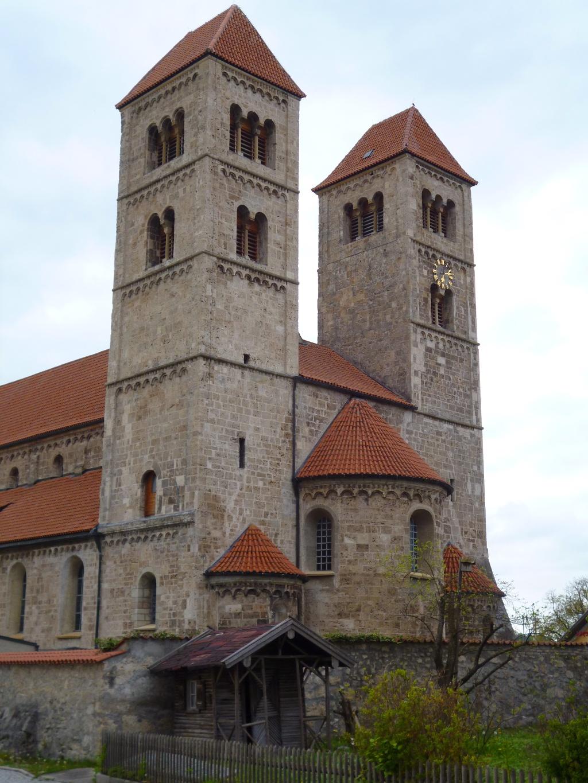 Die beiden Türme auf der Ostseite der Altenstädter Basilika St. Michael. (Monika Heindl)