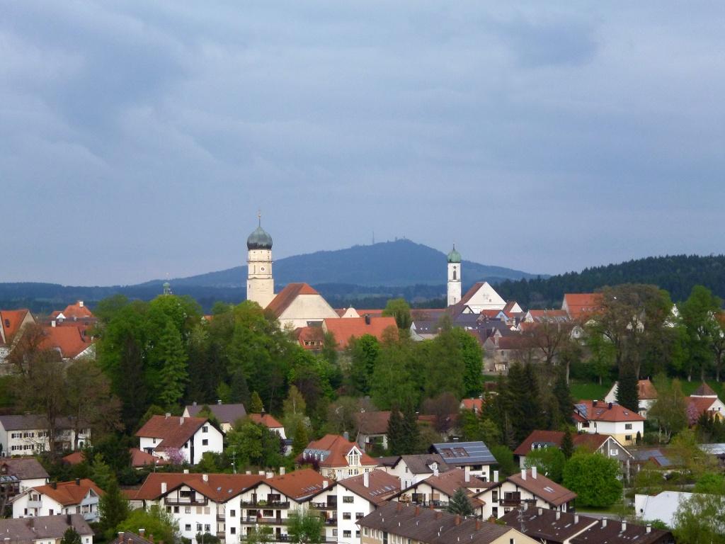 Höhenweg oberhalb von Schongau mit wunderschönem Blick über die Stadt - im Hintergrund der Hohe Peißenberg. (Monika Heindl)