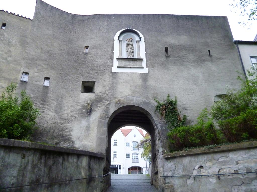 Durch das Frauentor in der historischen Stadtmauer gelangt man in die Schongauer Altstadt. (Monika Heindl)