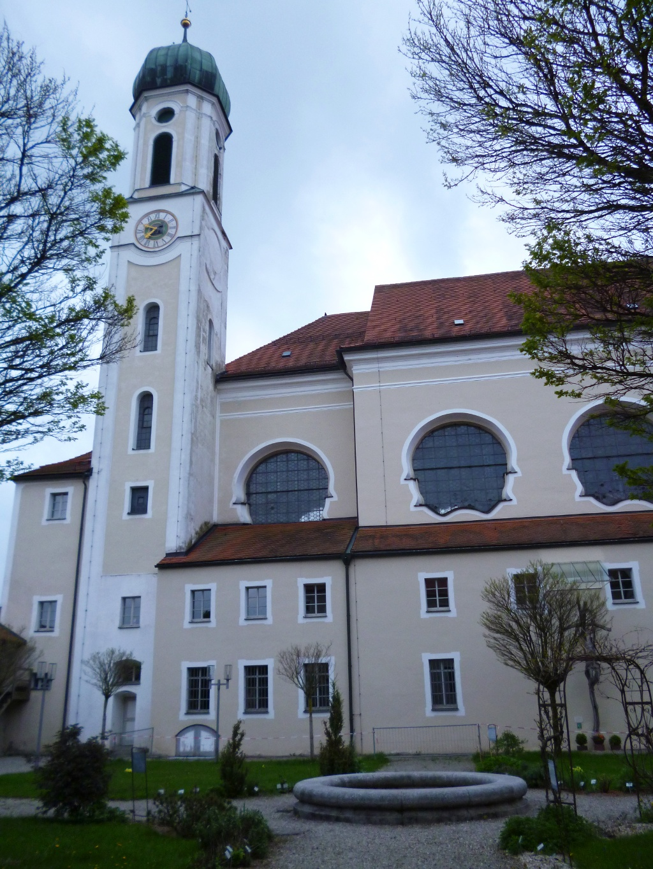 Der Schongauer Klosterhof vor der barocken Heilig-Geist-Spitalkirche. (Monika Heindl)