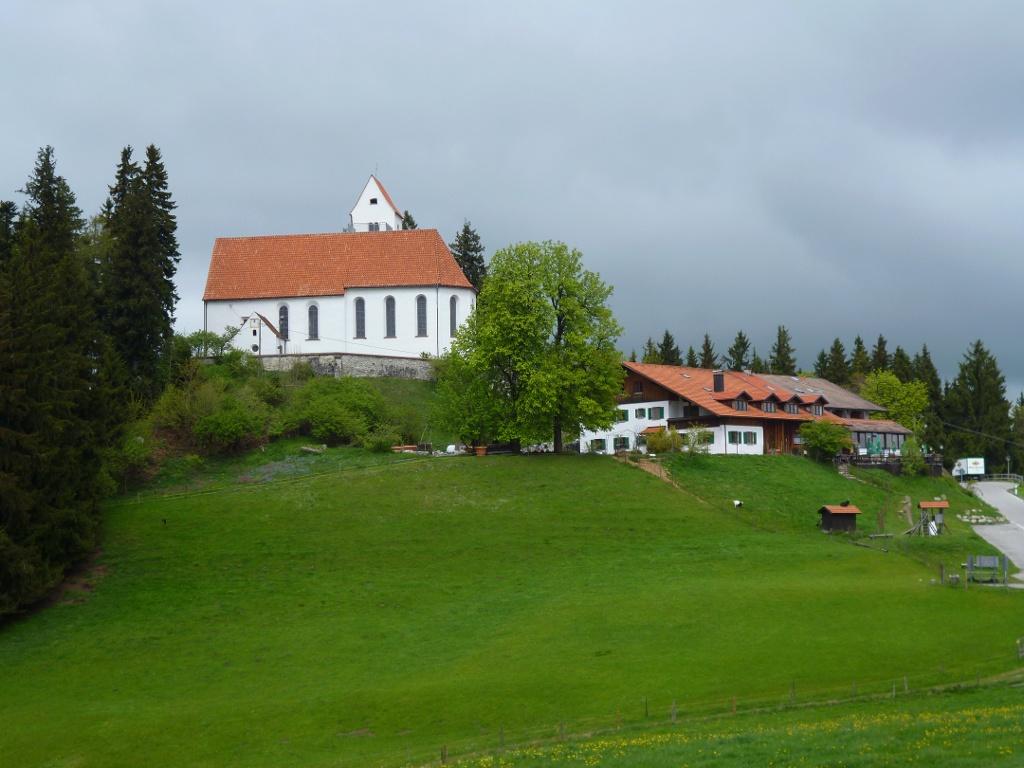 Die Kirche St. Georg und der wenig unterhalb gelegene Panorama-Gasthof auf dem Auerberg. (Monika Heindl)