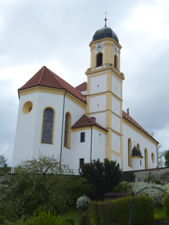 Blick auf die erhöht liegende Bernbeurer Pfarrkirche St. Nikolaus. (Monika Heindl)