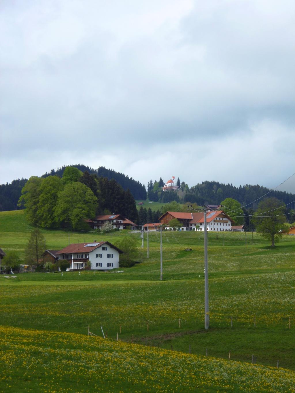 Am Abzweig zwischen Bürstenstiel und Egghof eröffnet sich ein wunderschöner Blick auf die Auerberg-Kirche. (Monika Heindl)