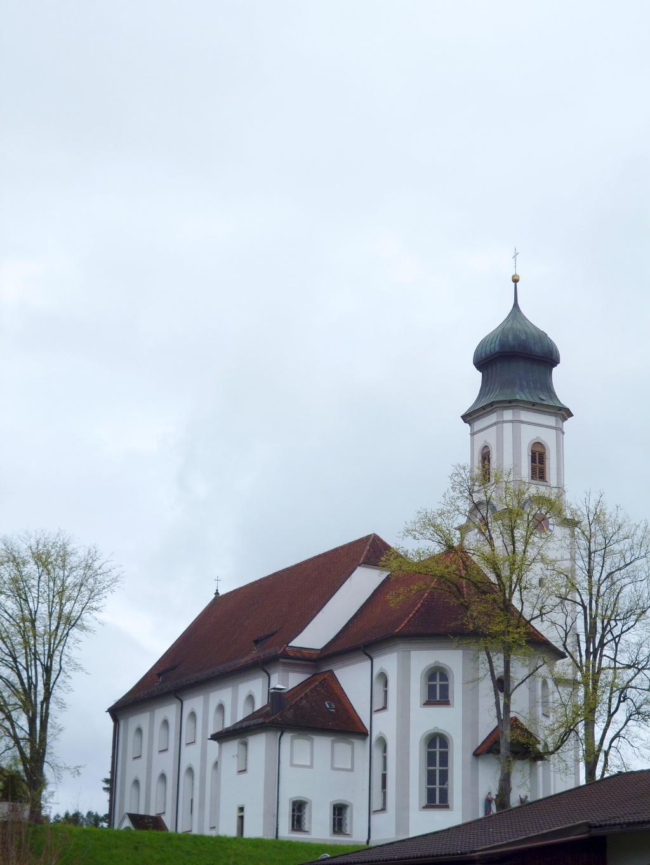 Die auf einem Hügel gelegene Lechbrucker Pfarrkirche Mariä Heimsuchung thront hoch über dem Ort. (Monika Heindl)