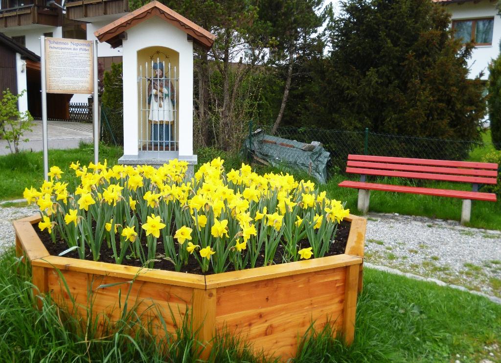 Bildstock mit Bänken und Blumen an der Uferpromenade des Oberen Lechsees in Lechbruck. (Monika Heindl)