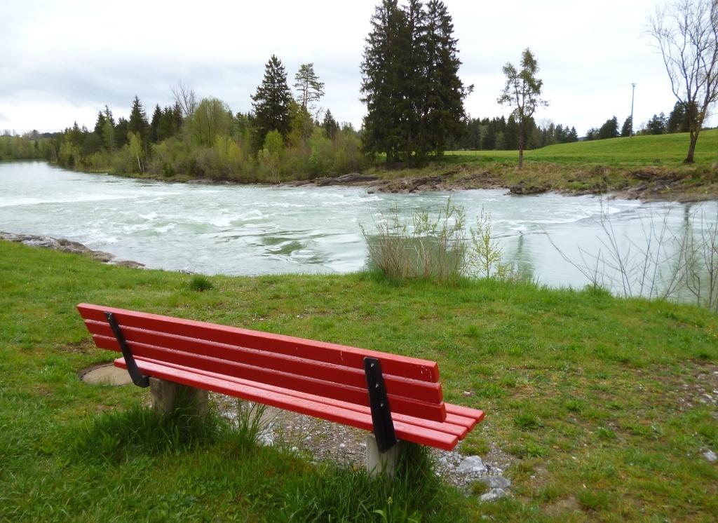 Auf der anderen Seite der Lechbrücke locken zahlreiche Bänke am Ufer des Lechsees zum Verweilen. (Monika Heindl)