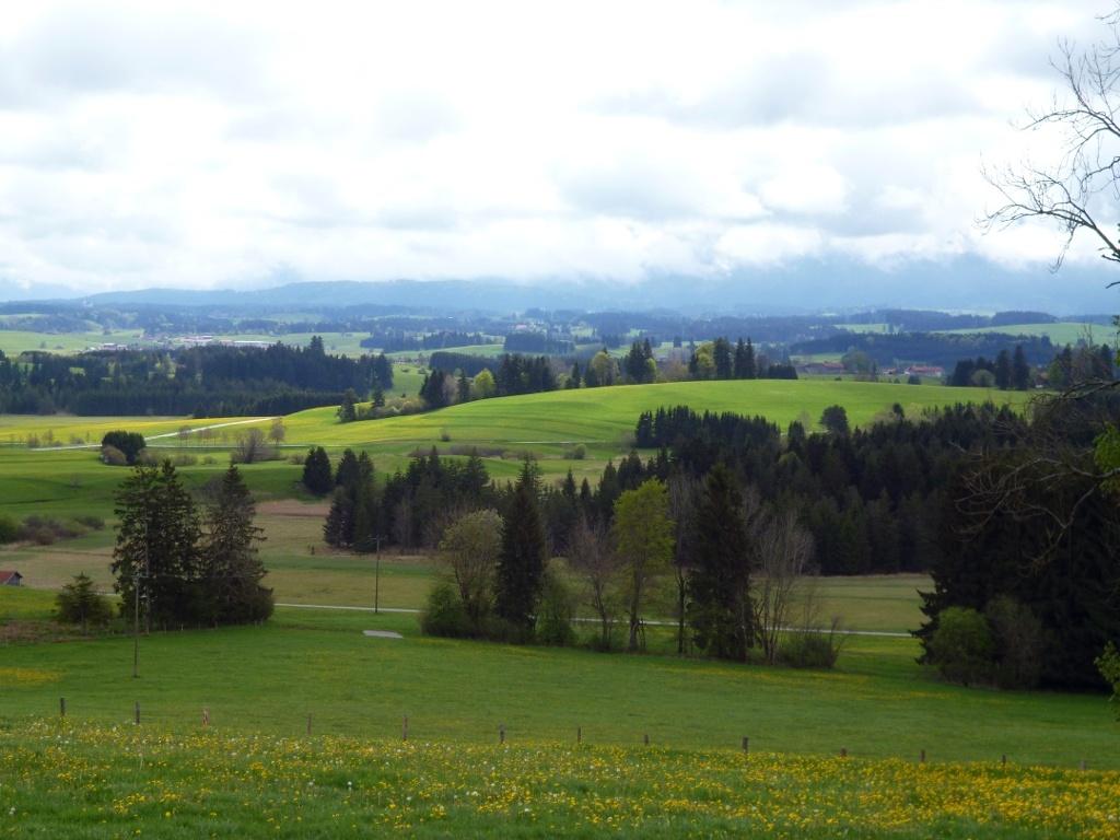 Durch das malerische Alpenvorland führt der Weg in Richtung Auerberg. (Monika Heindl)