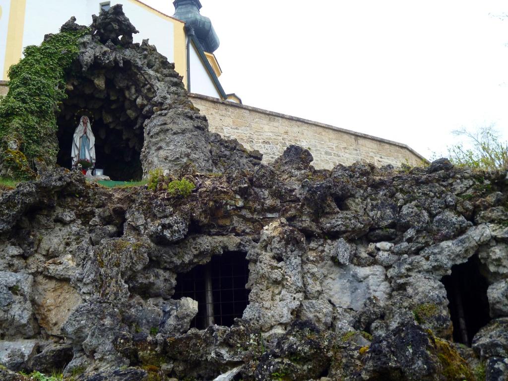 Direkt unterhalb der Wildsteiger Pfarrkirche St. Jakob befindet sich eine Lourdes-Grotte. (Monika Heindl)