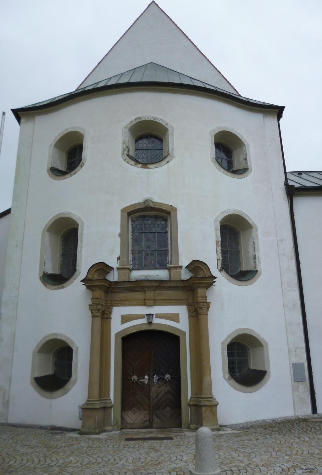 Der schlichte Eingang zur ehemaligen Klosterstiftskirche und heutigen Rottenbucher Pfarrkirche Mariä Geburt. (Monika Heindl)