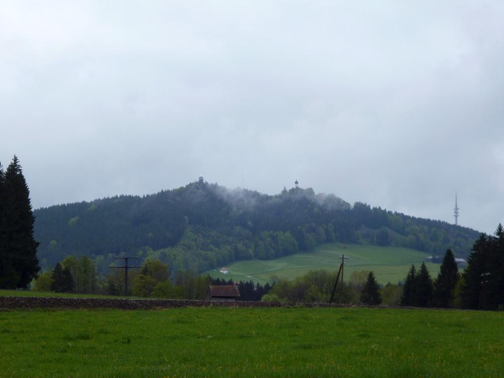 Westlich von Hohenpeißenberg bietet sich ein schöner Blick auf den Hohen Peißenberg mit der Wetterstation und der Wallfahrtskirche. (Monika Heindl)