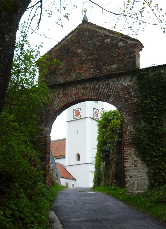 Durch ein Steintor gelangt man auf den Klosterhof vor der ehemaligen Stiftskirche in Rottenbuch. (Monika Heindl)