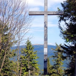 Das Gipfelkreuz hoch droben auf dem Wurmberg.