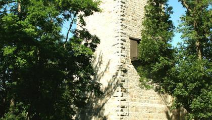 Die Ruine Lichtenburg bietet neben dem Aussichtsturm auch ein Restaurant mit Biergarten.