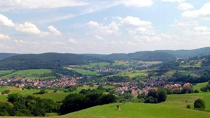 Eingebettet in grüne Hügel: der Ort Bessenbach.