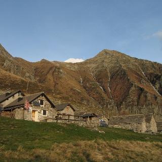 Die Steinhütten der Alpe Bardughè.