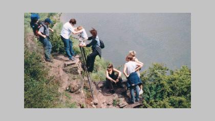 Über Leitern und Stufen erklimmen wir den steilsten Weinberg Europas.