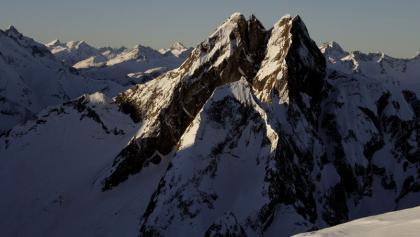 """Die Höfats vom Schneck aus gesehen mit dem Kar, das zum """"Roten Loch"""" emporführt in Bildmitte."""