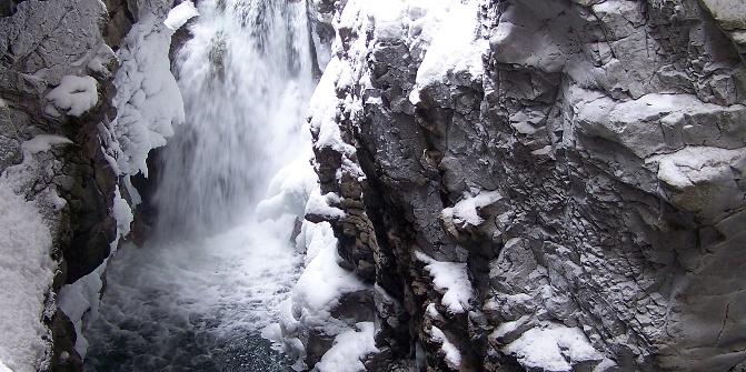 Das Wasser rauscht über die Felsen.