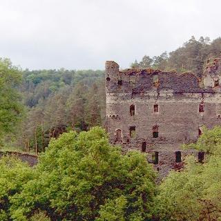 Die Ruine Balduinseck liegt auf ca. 20 Meter hohen Schieferkegel.
