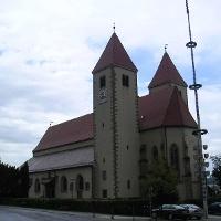 Von außen ist die Kirche Maria Himmelfahrt romanisch, von innen frühgotisch.
