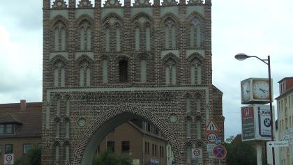 Zwei Tore in Backsteingotik lassen das Alter Malchins erahnen.