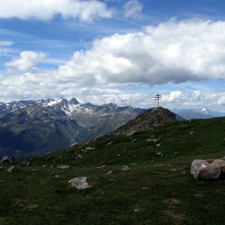 Der Gipfel des Wetterkreuzkogels mit den Ötztalern im Hintergrund.