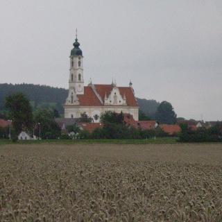 Mächtig erhebt sich die Wallfahrtskirche Steinhausen über den kleinen Ort.