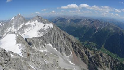 Wild stehen die Rieserfernerberge über den grünen Südtiroler Tälern: Blick vom Magerstein zum Hochgall.