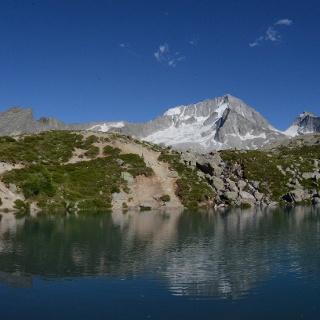 Gespiegelt im kleinen See über der Kasseler Hütte, macht der Hochgall eine besonders gute Figur.