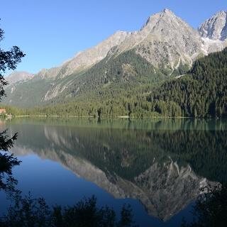 Die Runde schließt sich und vom Ufer des Antholzer Sees schaut man noch einmal hinauf zu Wild- und Hochgall.