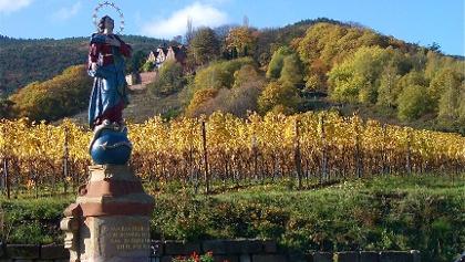 Marienstatue vor der Kropsburg bei St. Martin.