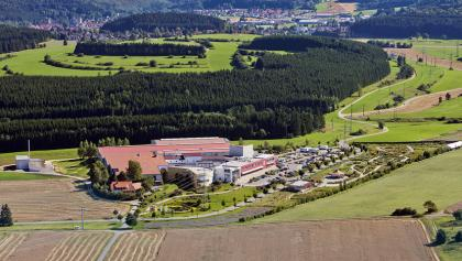 Blick auf das ALB-GOLD Kundenzentrum - Startpunkt der STour