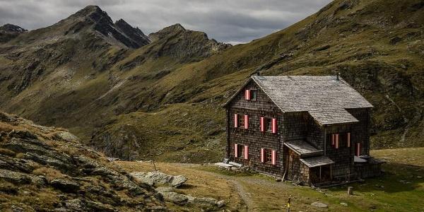 Vor der Hugo-Gerbers-Hütte. Über den Kamm nach links verläuft der Weiterweg zum Anna-Schutzhaus.