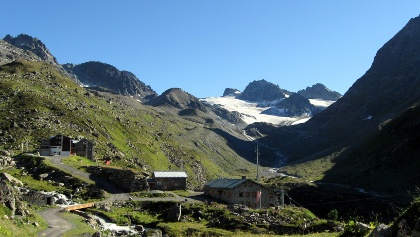 Die Ausbildungshütte der Bergrettung Tirol und hinten die Jamtalhütte, im Hintergrund die Jamspitzen und rechts die Dreiländerspitze.