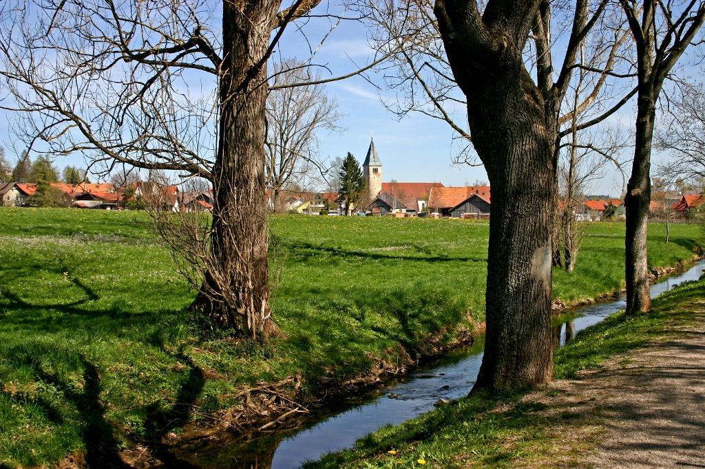 Die Peitnach mit der Kirche St. Michael von Peiting im Hintergrund (Tourist Information Peiting)