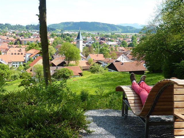 Blick von der Panoramaliege auf den Ortskern von Peiting (Tourist Information Peiting)