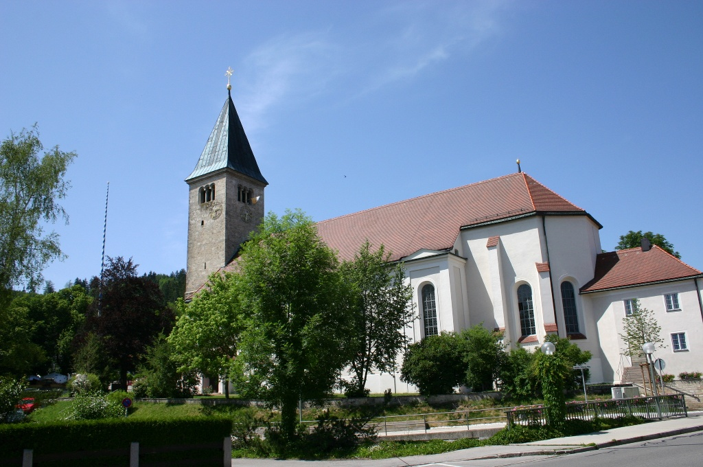 Die Kirche St. Michael am Hauptplatz in Peiting (Tourist Information Peiting)