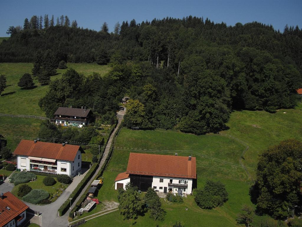 Luftaufnahme der Loudes-Grotte in der Nähe des Walderlebnispfades (Tourist Information Peiting)