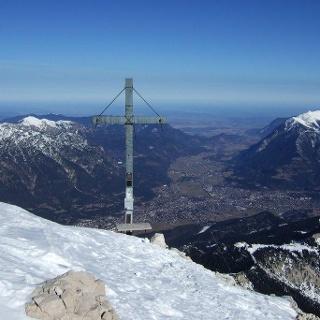 Blick vom Gipfel der Alpspitze auf Garmisch-Partenkirchen.