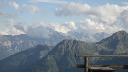 Herrlicher Ausblick von der Haselgruber Hütte auf die umliegende Berglandschaft.