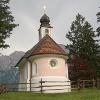 Die Kapelle vor dem Karwendelmassiv.