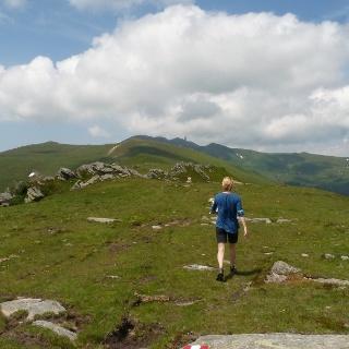Erlebnisreicher Anstieg über weitläufige alpine Grasmatten.
