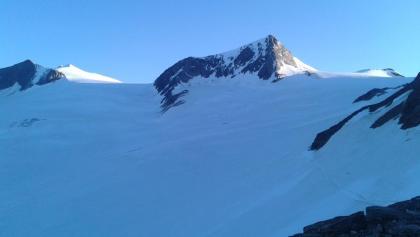 Venedigerkrone (von links nach rechts): Hohes Aderl (3.506 m), Großvenediger (3.662 m), Rainerhorn (3.559 m), Schwarze Wand (3.506 m)