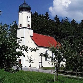 Vor dem blauen Himmel wirkt das Weiß dieser Kirche besonders strahlend.