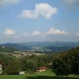 Von der Freifläche aus genießen wir den herrlichen Ausblick über den Pilgramsberg mit seiner Kirche.