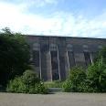 Die mächtige Betonmauer wurde mit einem flächendeckenden Graffiti verschönert.