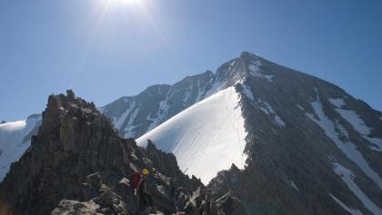 Vom Gipfel des Grauen Nöckls ist der weitere Verlauf der Route gut einsehbar. Links die noch mit Schnee befüllte Flanke, über die unser Anstieg führte.