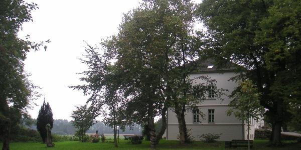Im Park des Herrenhauses Blengow stehen große Stahlskulpturen.