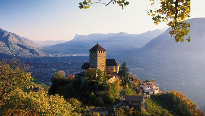 Hoch über dem Etschtal - Schloss Tirol.