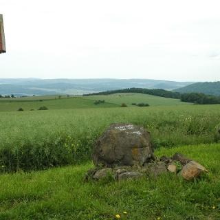Am Geba-Gipfel steht ein Gedenkstein des Rhönclubs für Julius Greif.